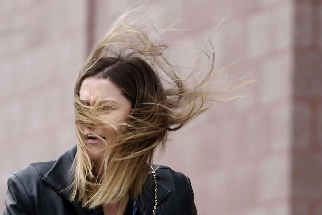 El lunes 27 de noviembre de 2017, a Darian McCauley el viento le hace volar el cabello mientras camina por Third Street mientras; los fuertes vientos azotan el Valle de Las Vegas. (Bizuayehu Tesfa ...