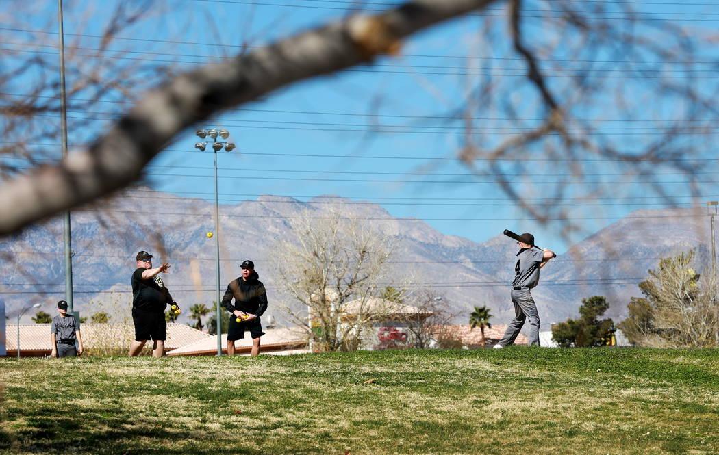Los clientes juegan béisbol en Desert Breeze Park en Las Vegas el domingo 18 de febrero de 2018. Andrea Cornejo Las Vegas Review-Journal @DreaCornejo