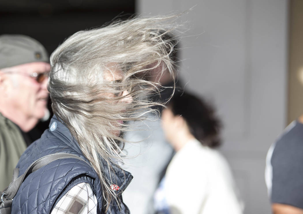 Una ráfaga de viento sopla el cabello de una mujer en el Strip de Las Vegas el domingo 18 de febrero de 2018. Richard Brian Las Vegas Review-Journal @vegasphotograph
