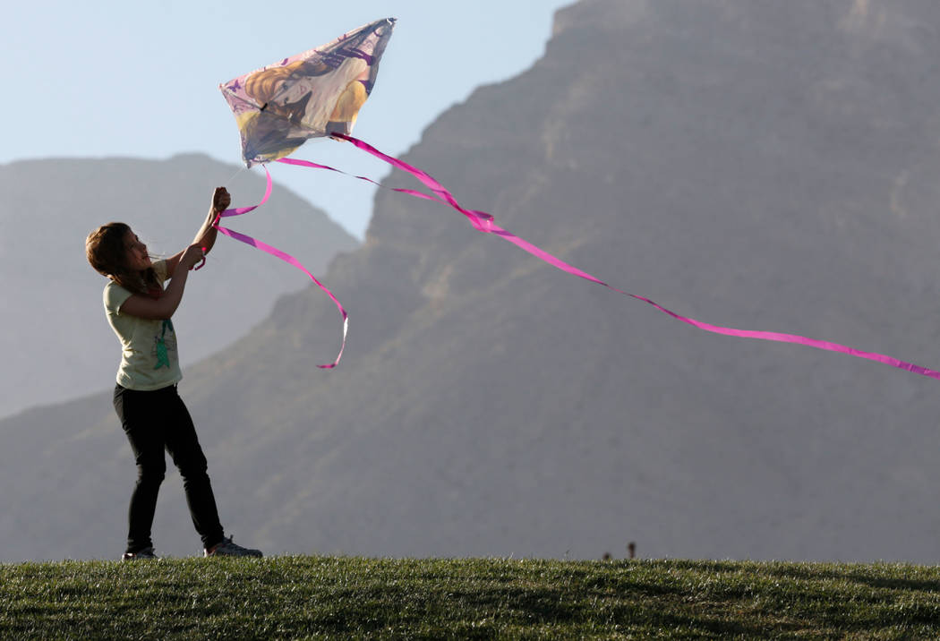 Cheyenne Guyeska, de 7 años, de Las Vegas, vuela una cometa en el Parque Fox Hill en Las Vegas, el domingo 18 de febrero de 2018. Las Vegas Review-Journal, Chitose Suzuki  @chitosephoto
