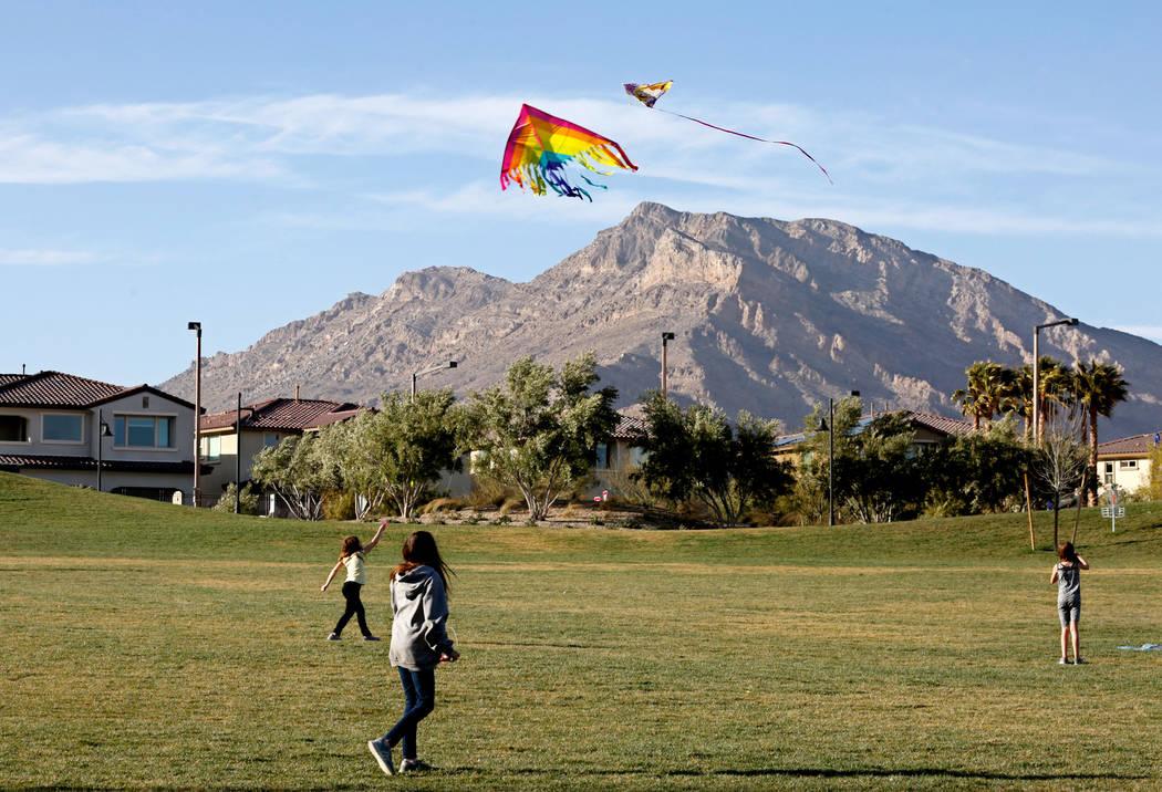 Los niños vuelan cometas en el Parque Fox Hill en Las Vegas, el domingo 18 de febrero de 2018. Las Vegas Review-Journal, Chitose Suzuki Las Vegas @chitosephoto