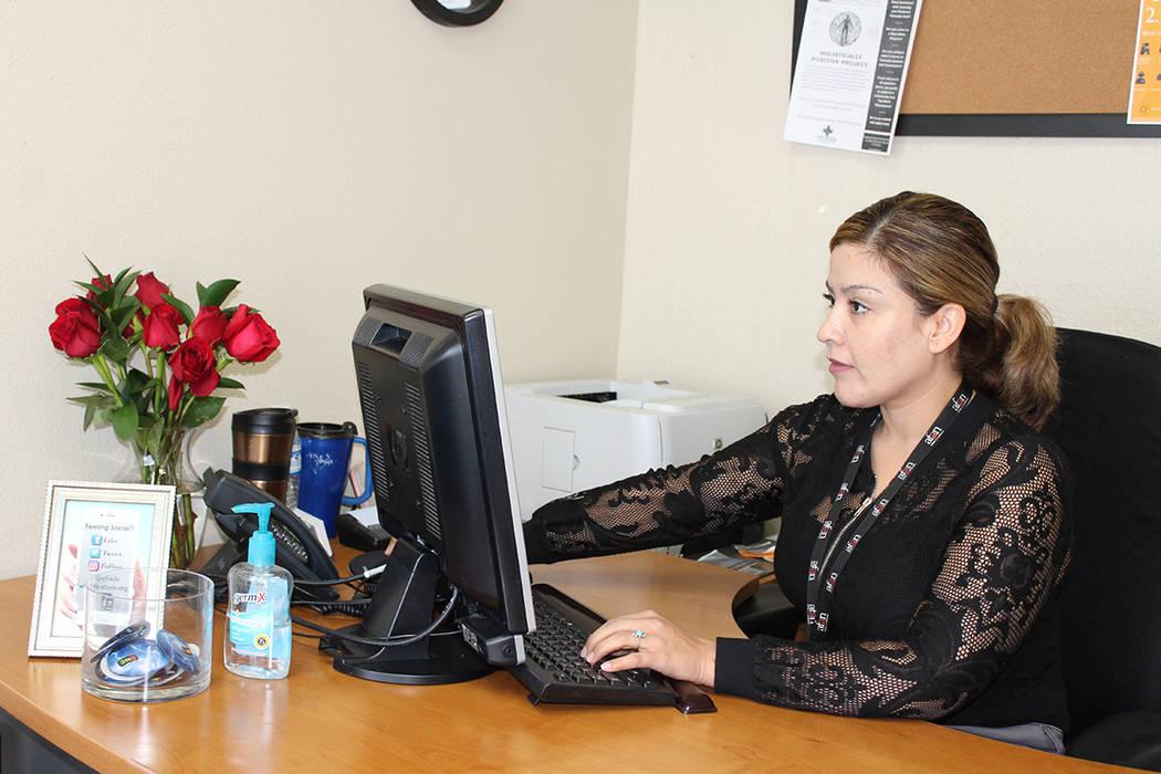Karina Ponce, supervisora de elegibilidad de medicamentos, habló de los beneficios del programa Ryan White. 17 de febrero de 2018 en oficina de AFAN. [ Foto Cristian De la Rosa / El Tiempo - Cont ...