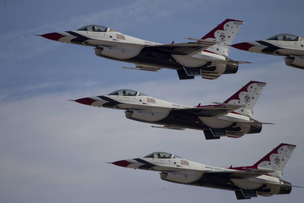 """Los Thunderbirds se presentan durante la """"Nación de Aviación"""" en la Base Nellis de la Fuerza Aérea en Las Vegas, el sábado 11 de noviembre de 2017. (Erik Verduzco / Las Vegas Review-Journal) @ ..."""