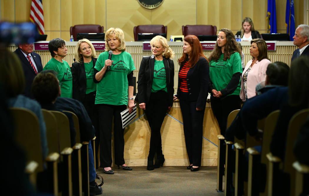 Denell Hahn, centro izquierda, de Black Mountain Neighborhood Association habla mientras el grupo es reconocido durante una reunión del Concejo Municipal de Henderson el martes 20 de febrero de 2 ...