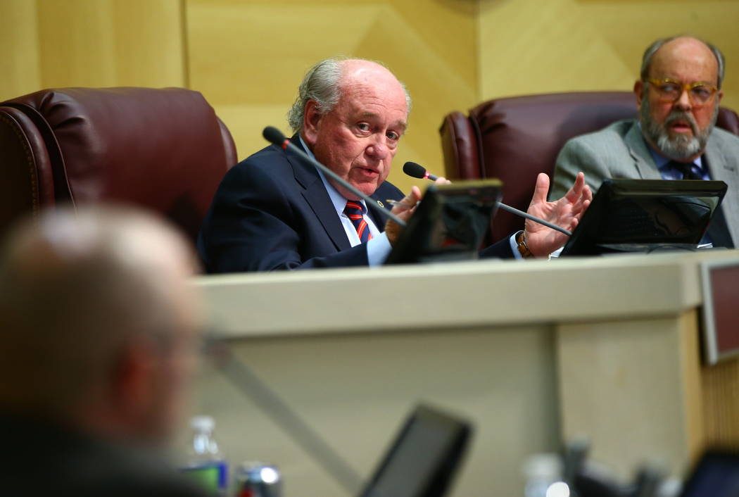 El concejal de la ciudad de Henderson, Dan Shaw, habla durante una reunión del consejo el martes 20 de febrero de 2018. (Chase Stevens / Las Vegas Review-Journal) @csstevensphoto