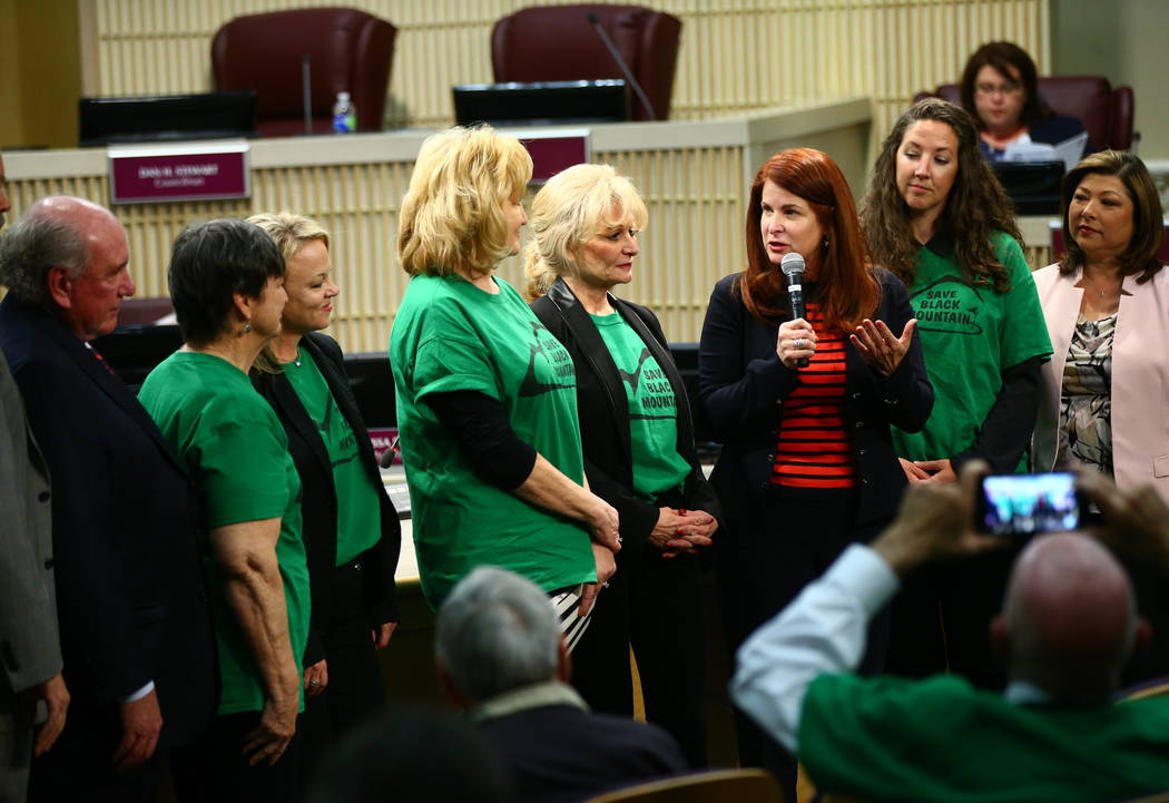 La Alcaldesa de Henderson, Debra March, en rojo, reconoce la fundación de Black Mountain Neighborhood Association durante una reunión del Consejo Municipal de Henderson el martes 20 de febrero d ...