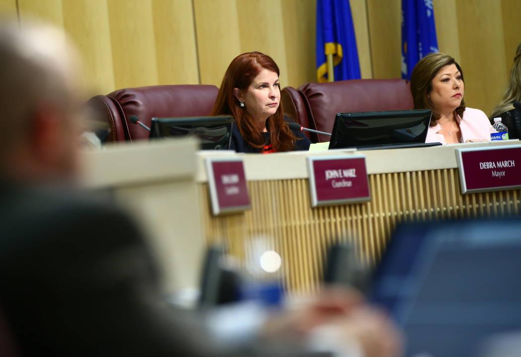 La alcaldesa de Henderson Debra March, izquierda, y la concejala Gerri Schroder escuchan los comentarios durante una reunión del Consejo Municipal de Henderson el martes 20 de febrero de 2018. (C ...