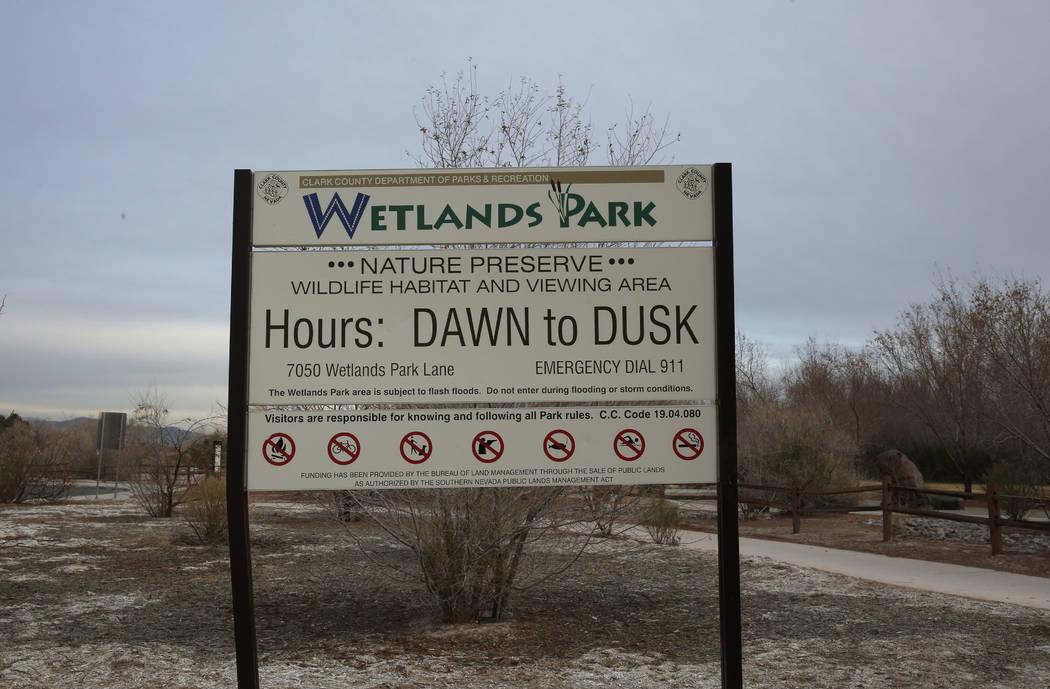 El letrero del Parque Wetlands del Condado Clark se ve en 7050 Wetlands Park Lane, donde el fuego que comenzó el martes por la tarde en el Parque Wetlands del Condado Clark y fue finalmente contr ...