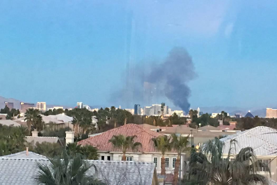 El martes 20 de febrero de 2018 se ve humo proveniente de un incendio en el Parque Wetlands del Condado Clark en el este de Las Vegas al oeste del Strip de Las Vegas. Las Vegas Review-Journal