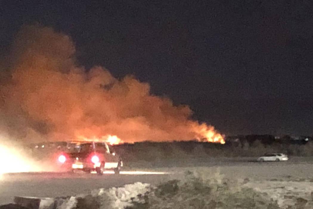 Un incendio en el Parque Wetlands del Condado Clark en el este de Las Vegas el martes 20 de febrero de 2018. (Lidia Thevenot)