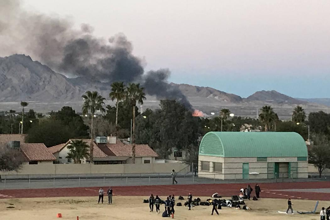 El humo de un incendio en el Parque Wetlands del Condado Clark en el este de Las Vegas se ve desde la escuela Green Valley High School en Henderson el martes 20 de febrero de 2018. (Sam Gordon / L ...