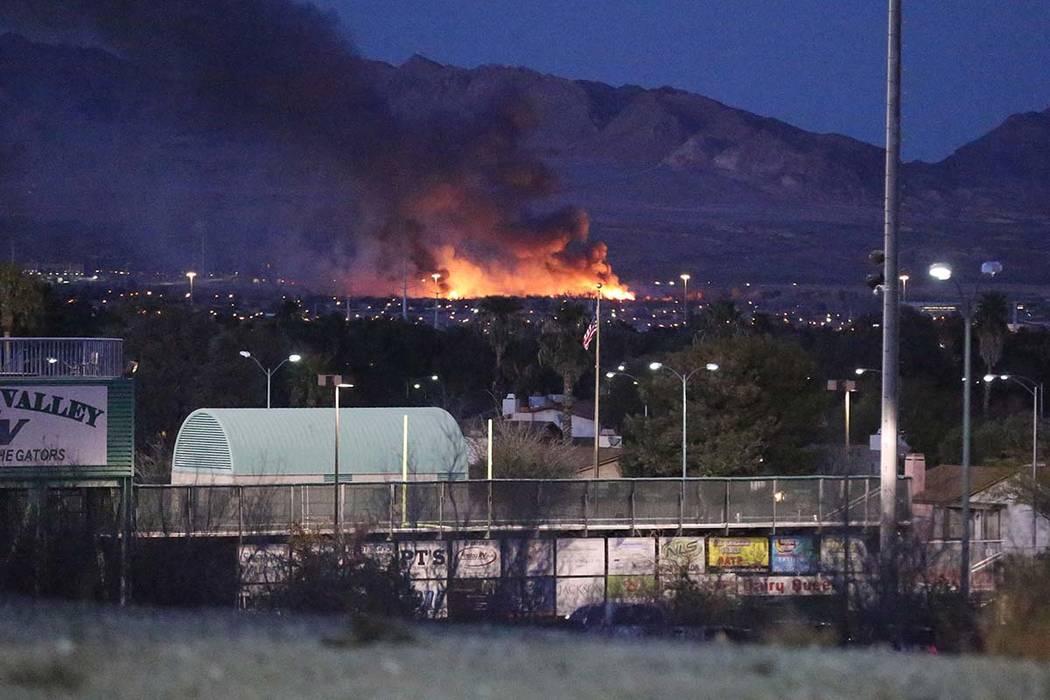 Un incendio arde en el Parque Wetlands del Condado Clark en el este de Las Vegas el martes 20 de febrero de 2018. (Michael Quine / Las Vegas Review-Journal) @ Vegas88s