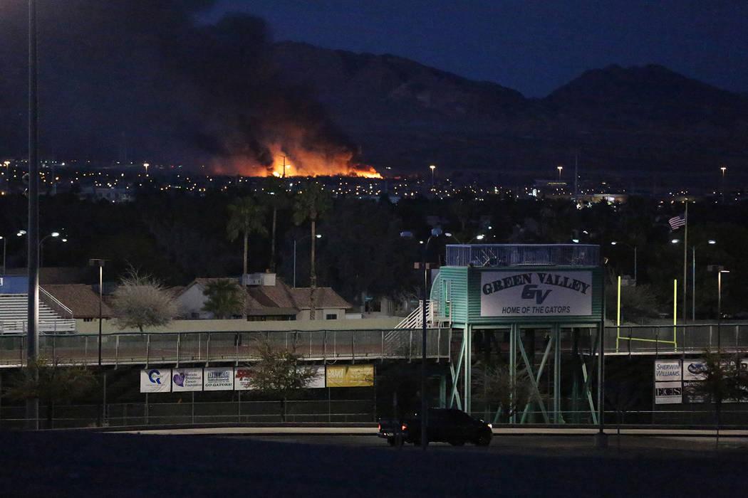 Un incendio, visto desde la escuela Green Valley High School en Henderson, envuelve una sección del Parque Wetlands del Condado Clark en el este de Las Vegas el martes 20 de febrero de 2018. Mich ...