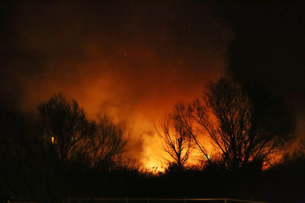 Un incendio en el Parque Wetlands del Condado Clark en el este de Las Vegas produjo grandes columnas de humo visibles en gran parte del valle el martes 20 de febrero de 2018. Rachel Aston Las Vega ...