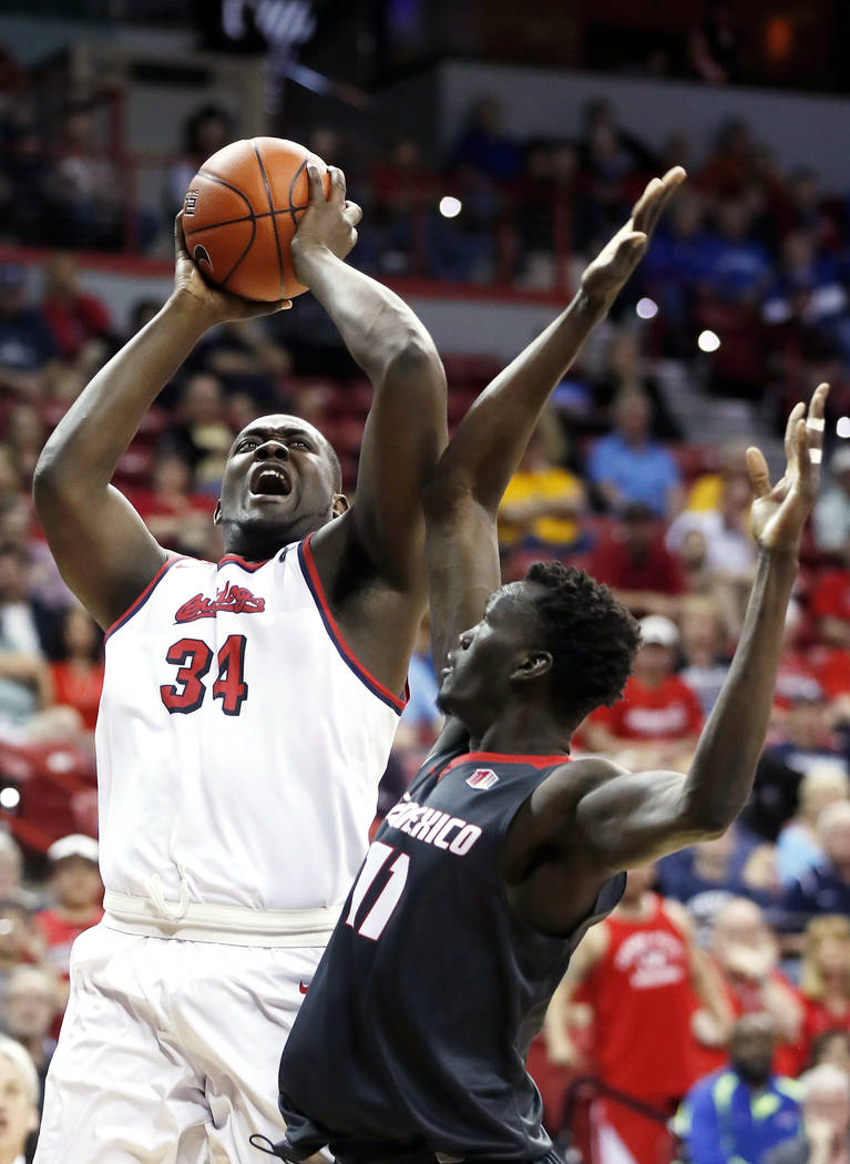 Terrell Carter Jr. del Estado de Fresno dispara mientras Obij Aget de Nuevo México defiende durante la primera mitad de un juego de baloncesto universitario de la NCAA en el torneo de la Conferen ...