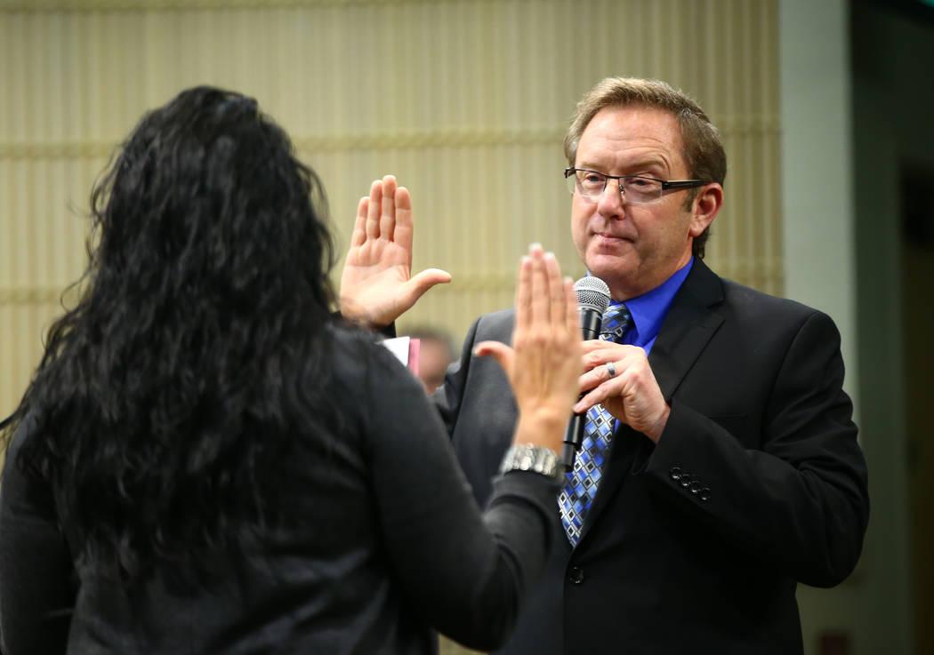 Richard Derrick, a la derecha, juró como administrador interino de la ciudad por la Secretaria Municipal Henderson Sabrina Mercadante durante una reunión especial del Consejo Municipal de Hender ...