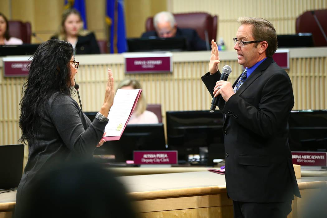 Richard Derrick, a la derecha, jurado como administrador interino de la ciudad por la Secretaria Municipal Henderson Sabrina Mercadante durante una reunión especial del Consejo Municipal de Hende ...