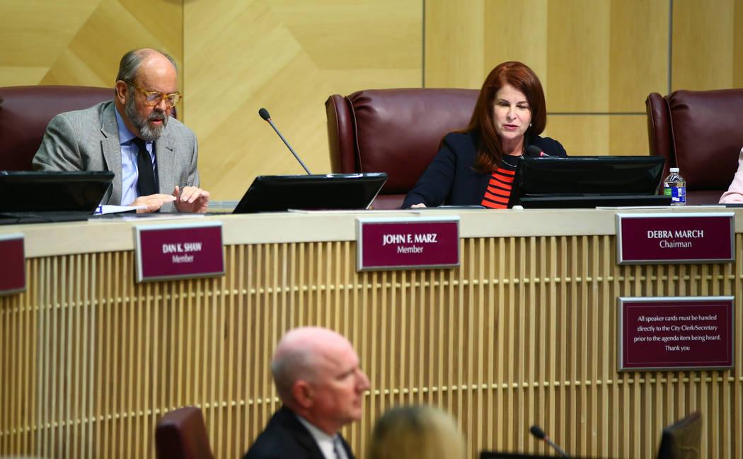 La alcaldesa de Henderson, Debra March, a la derecha, habla sobre el nombramiento de Richard Derrick, no fotografiado, como gerente interino de la ciudad durante una reunión especial del Consejo  ...
