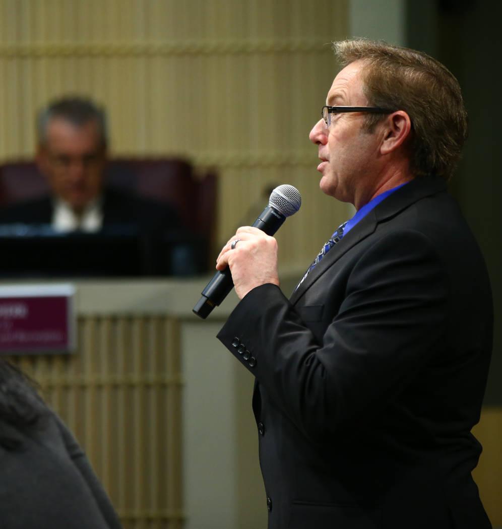 Richard Derrick se dirige a los miembros del Consejo Municipal de Henderson después de haber sido nombrado administrador interino de la ciudad durante una reunión especial en Henderson el martes ...