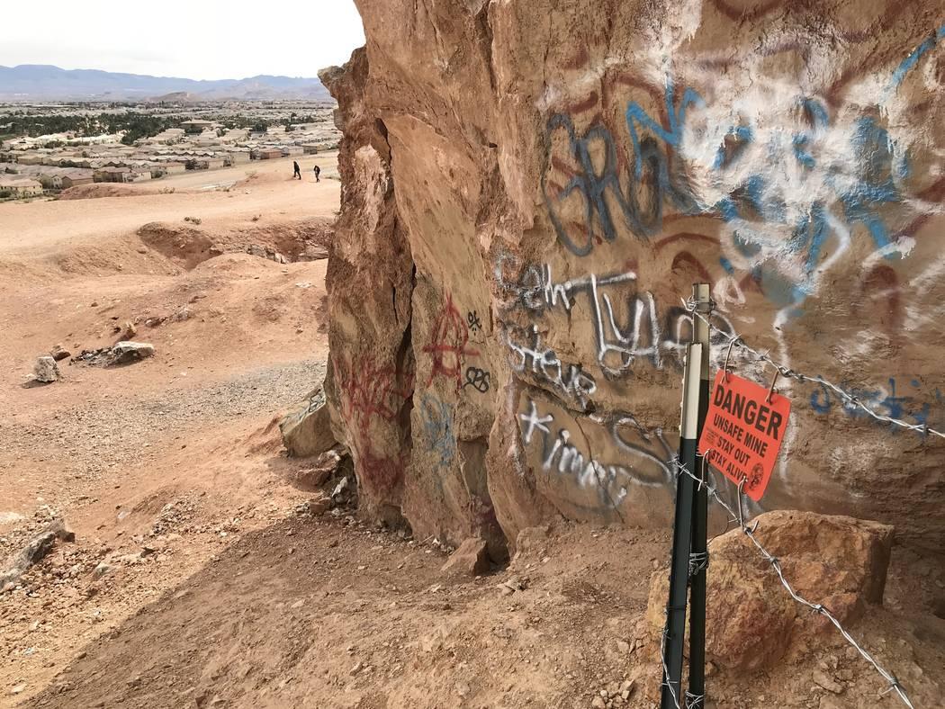 Dos hombres contemplan la vista de Las Vegas desde una mina de yeso abandonada cerca de las calles Fort Apache y Warm Springs el miércoles 21 de febrero de 2018. (Henry Brean / Las Vegas Review-J ...