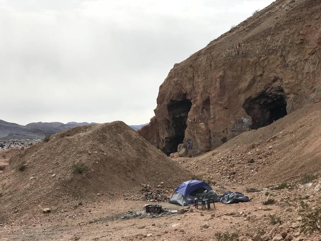 Una tienda de ocupantes ilegales se encuentra cerca de la apertura de una mina de yeso abandonada cerca de las carreteras de Fort Apache y Warm Springs el miércoles 21 de febrero de 2018. (Henry  ...