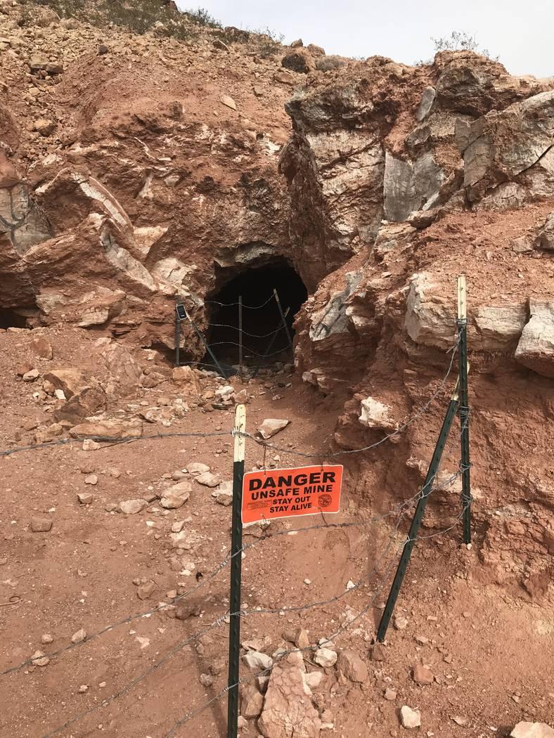 Alambre de púas y señales de advertencia marcan un pozo de mina abandonado cerca de las carreteras de Fort Apache y Warm Springs el miércoles 21 de febrero de 2018. (Henry Brean / Las Vegas Rev ...