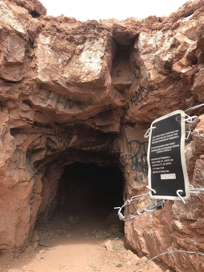 Alguien ha retirado la valla de alambre de púas que una vez bloqueó la entrada a este pozo de mina abandonado cerca de las carreteras de Fort Apache y Warm Springs el miércoles 21 de febrero de ...