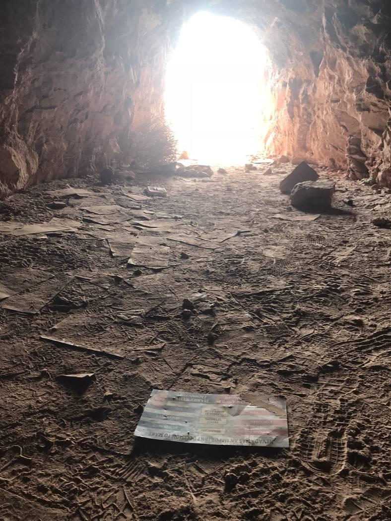 Los anunciantes de campaña de una carrera del Senado de 2010 tiñen el suelo de un pozo de mina abandonado cerca de las carreteras de Fort Apache y Warm Springs el miércoles 21 de febrero de 201 ...