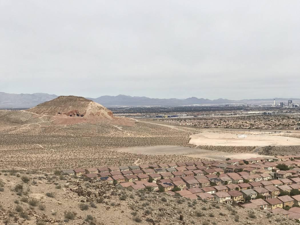 Los nuevos desarrollos de viviendas se acercan a una mina de yeso abandonada cerca de las carreteras de Fort Apache y Warm Springs el miércoles 21 de febrero de 2018. (Henry Brean / Las Vegas Rev ...