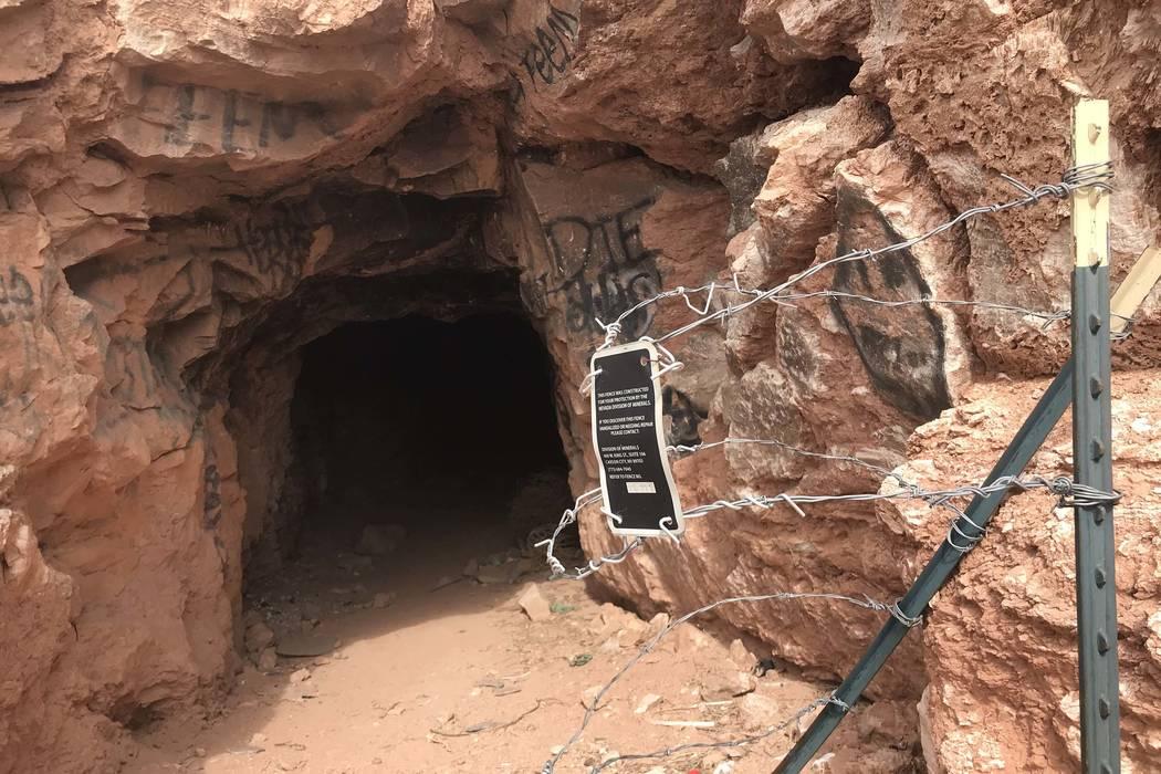 Alguien ha retirado la cerca de alambre de púas que una vez bloqueó la entrada a este pozo de mina abandonado cerca de las carreteras de Fort Apache y Warm Springs el miércoles 21 de febrero de ...
