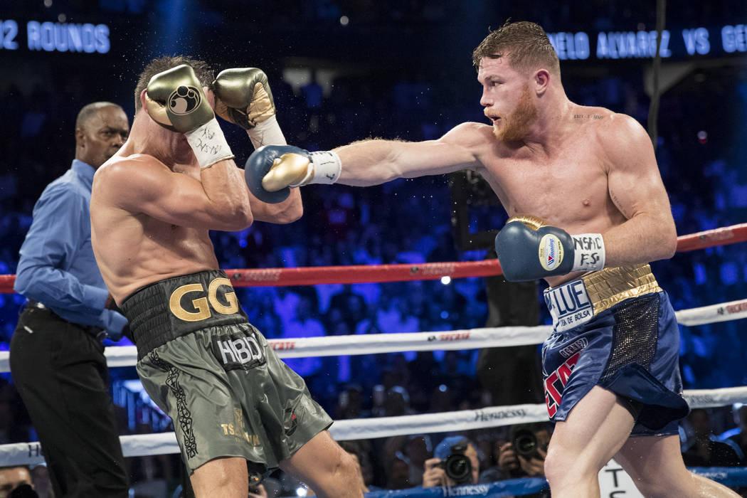 Saúl Canelo Álvarez, a la derecha, le da un puñetazo a Gennady GGG Golovkin en la pelea de peso mediano WBC, WBA, IBF, RING en la Arena T-Mobile en Las Vegas, el sábado 16 de septiembre de 201 ...