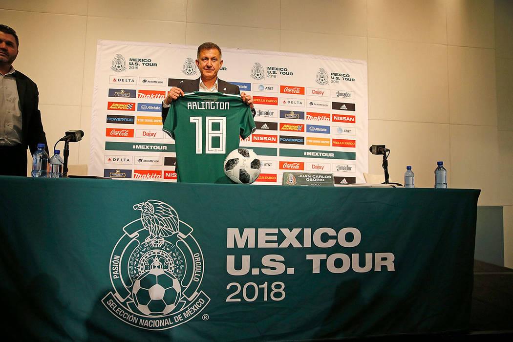 El director técnico de la selección mexicana de fútbol, Juan Carlos Osorio, presentó una camiseta conmemorativa en la cual se muestra el nombre de Arlington, como parte de su gira por Estados  ...