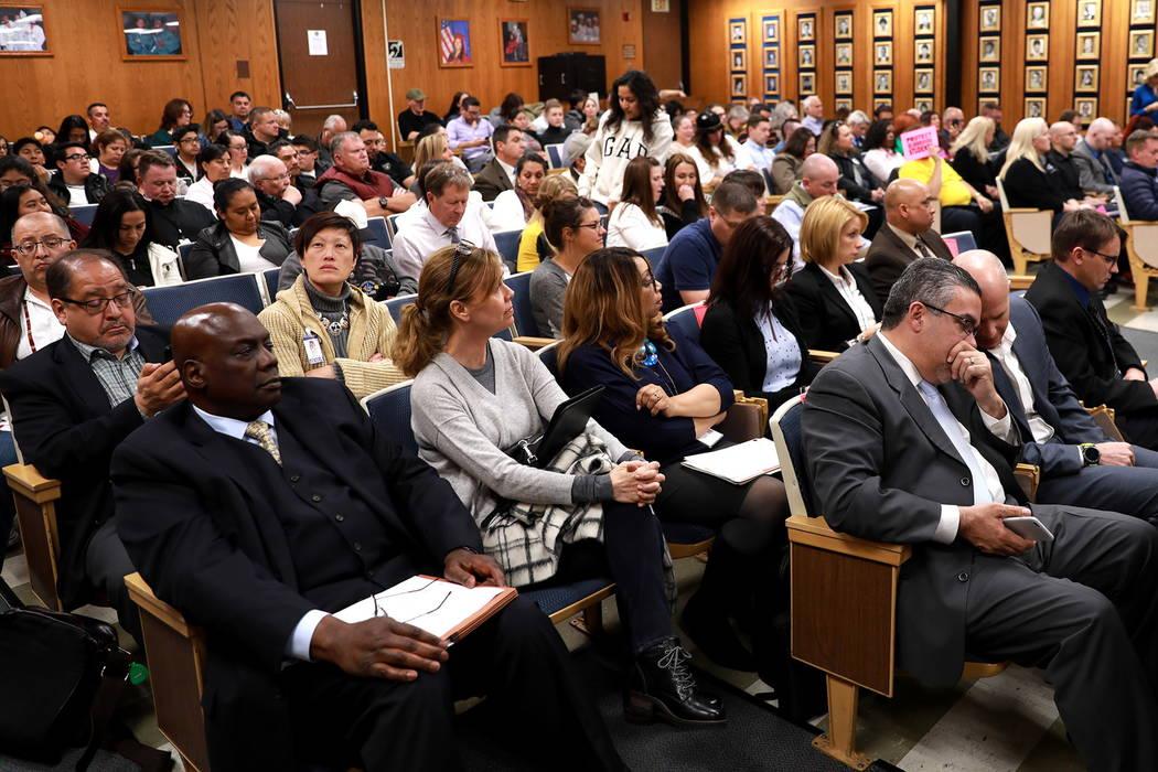 Las multitudes llenan la sala durante una reunión de la Junta Escolar del Condado de Clark, que culminó con una política polémica de diversidad de género de la agenda, en el edificio Edward G ...