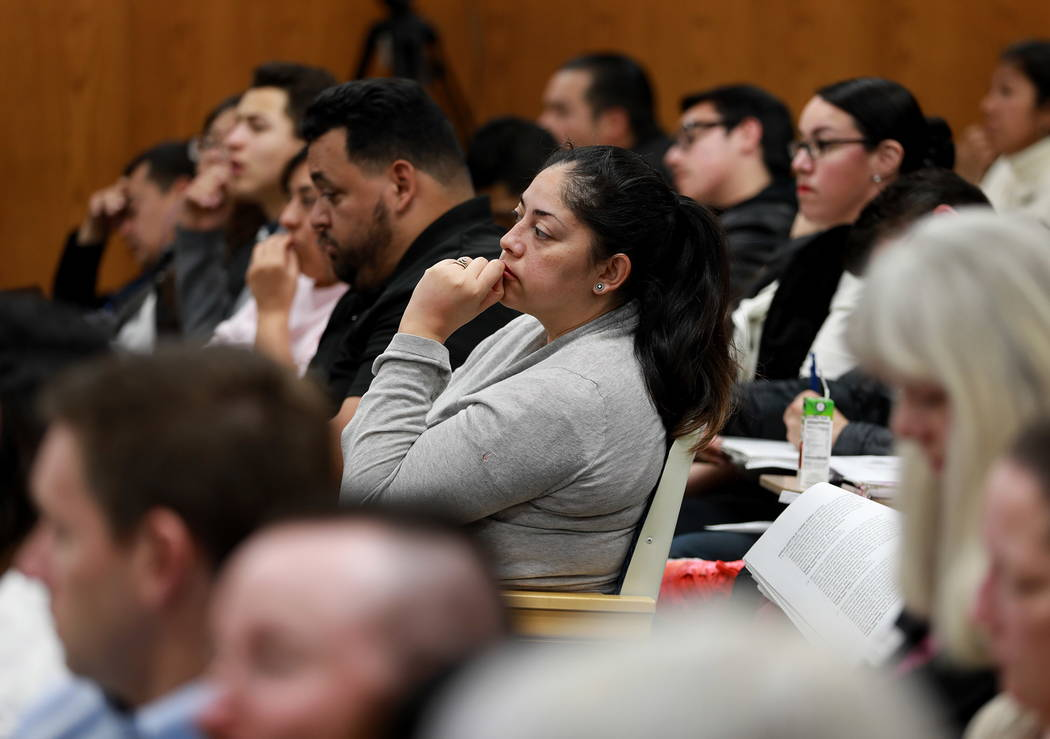 Las multitudes llenan la sala durante la reunión de la Junta Escolar del Condado de Clark, que culminó con una política polémica de diversidad de género de la agenda, en el edificio Edward Gr ...