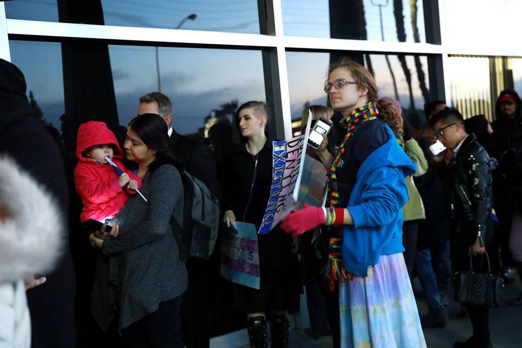 Las multitudes envuelven el edificio durante la reunión de la Junta Escolar del Condado de Clark, que finalizó con una política polémica de diversidad de género de la agenda, en el edificio E ...