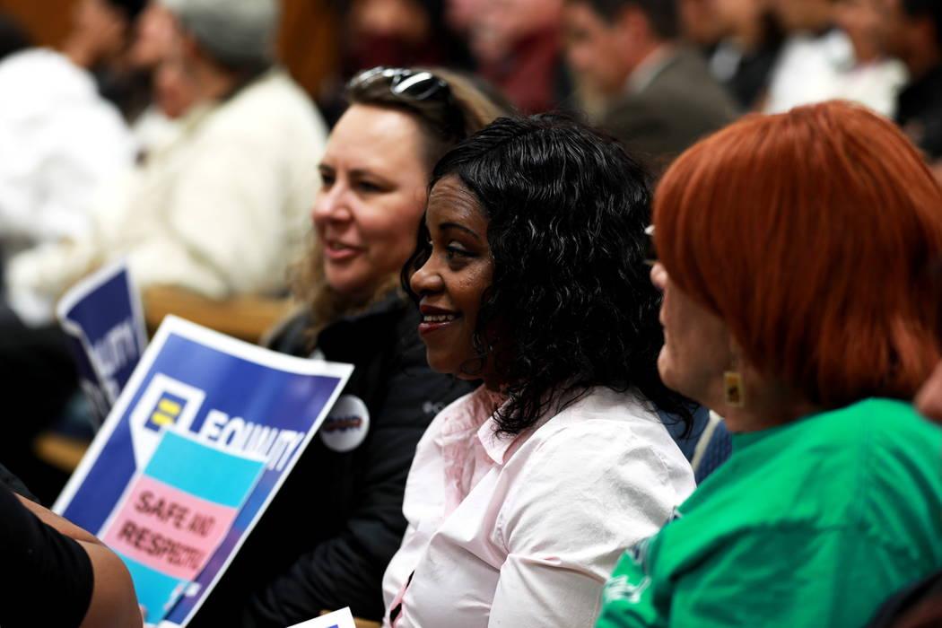 Sholanda Henry, en el centro, asiste a la reunión del Consejo Escolar del Condado de Clark, que culminó con una política polémica de diversidad de género de la agenda, en el edificio Edward G ...