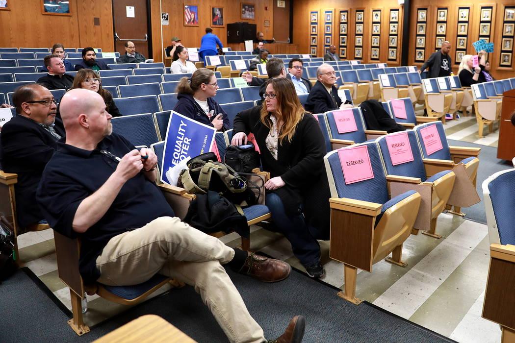 Una parte de la multitud original permanece sentada para la reunión de la Junta Escolar del Condado de Clark, que culminó con una política polémica de diversidad de género de la agenda, en el ...