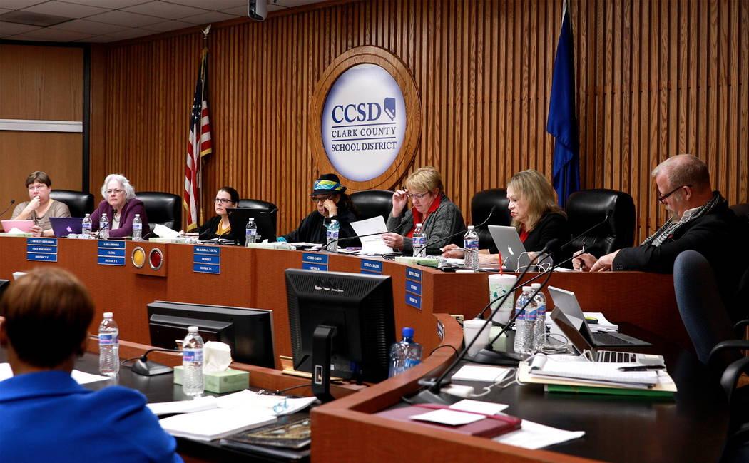 Los miembros de la Junta Escolar del Condado de Clark discuten asuntos en la agenda en el edificio Edward Greer en Flamingo Road en Las Vegas el jueves 22 de febrero de 2018. Andrea Cornejo Las Ve ...