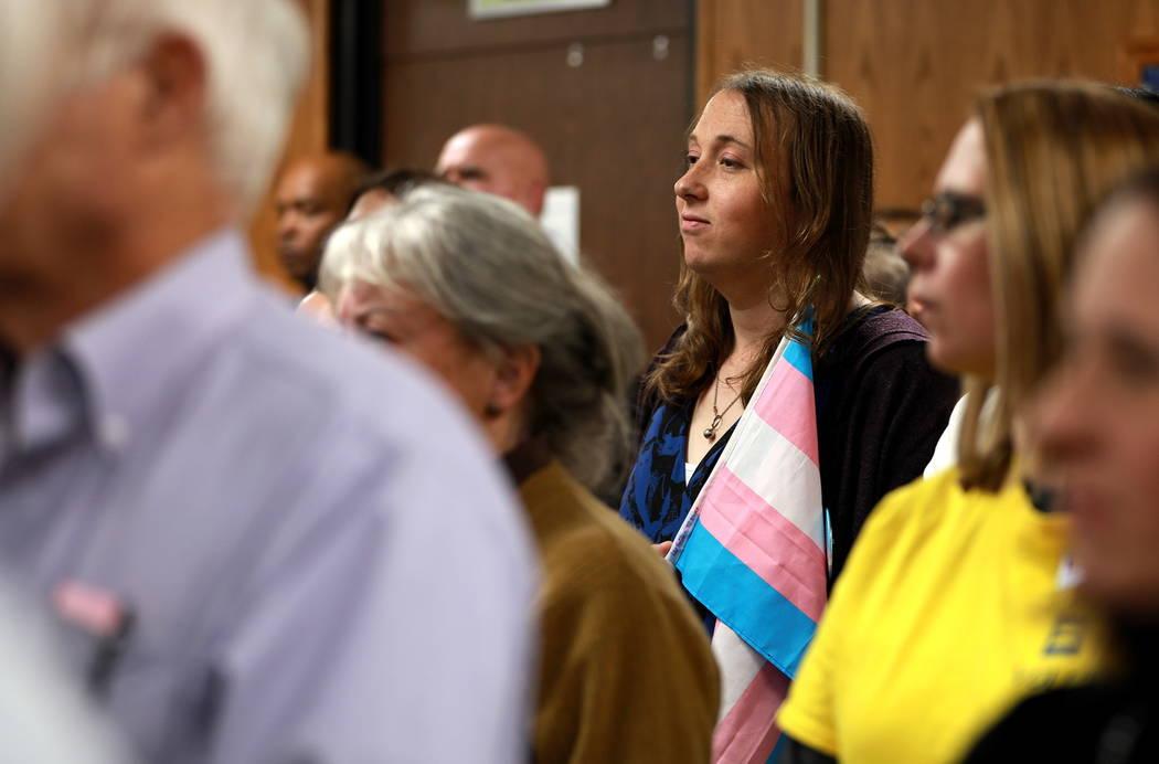 Alethea Nelson asiste a la reunión de la Junta Escolar del Condado de Clark, que culminó con una política polémica de diversidad de género de la agenda, en el edificio Edward Greer en Flaming ...