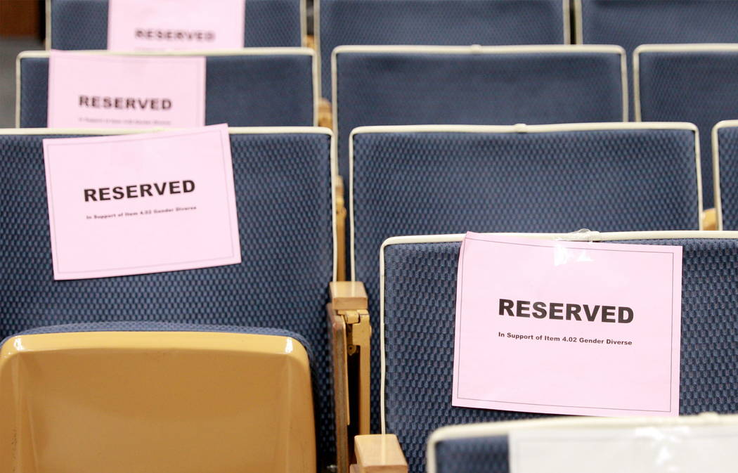 Los asientos se dejan vacíos después de la decisión de la Junta Escolar del Condado de Clark de retirar una polémica política de género de la agenda en el edificio Edward Greer en Flamingo R ...