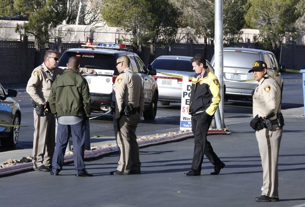 La policía de Las Vegas investiga un tiroteo en el Lounge Las Vegas, 900 E. Avenida Karen, el viernes 23 de febrero de 2018 en Las Vegas. Bizuayehu Tesfaye / Las Vegas Review-Journal @bizutesfaye