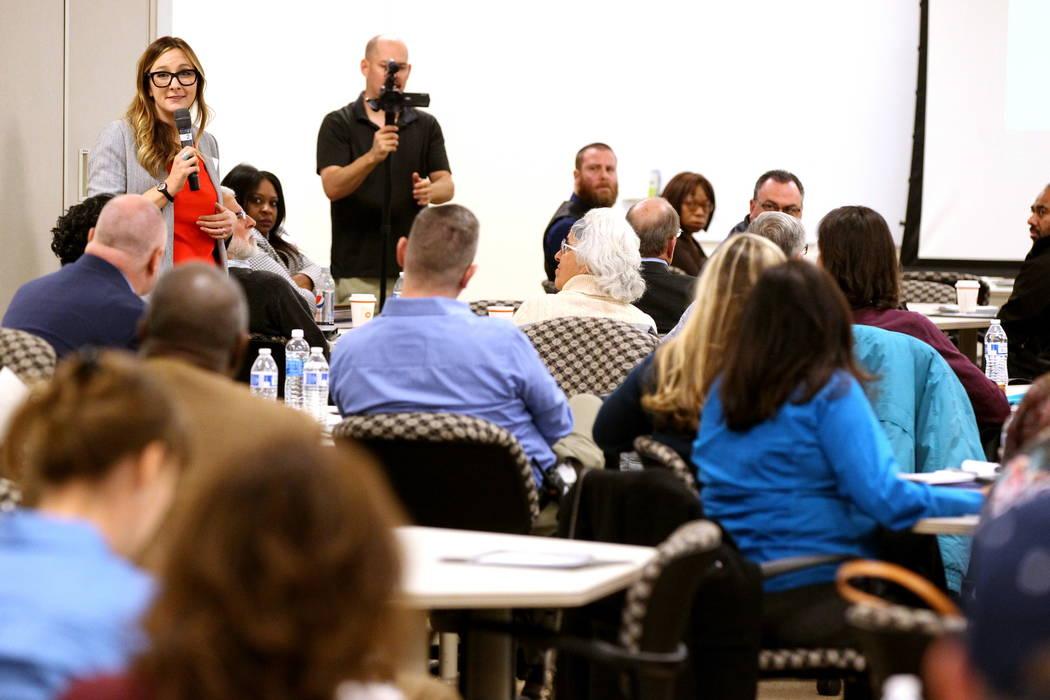 Emily Paulsen de la Alianza de Gente Sin Hogar de Nevada (Nevada Homeless Alliance) habla durante la Iniciativa de Fe del Alcalde Tiny Home Micro Summit en el Ayuntamiento de Las Vegas el jueves,  ...