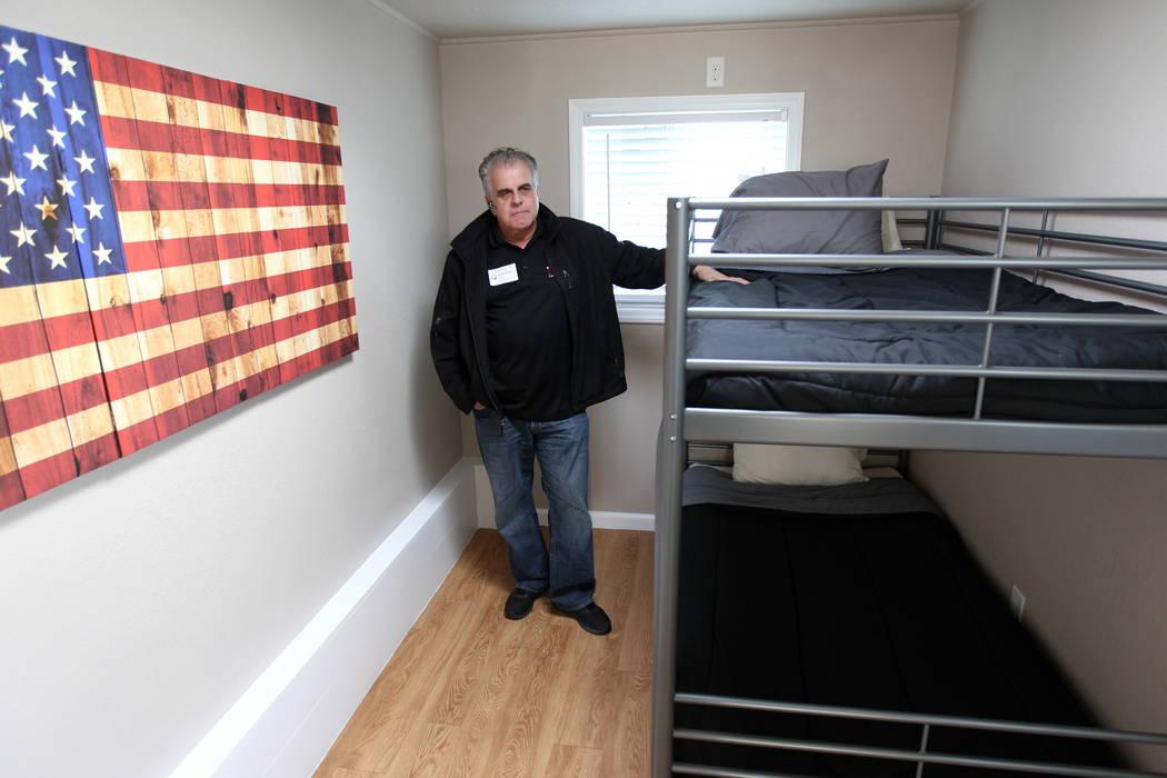 Arnold Stalk, fundador del Poblado de Veteranos (Veterans Village), muestra un pequeño prototipo casero hecho con un contenedor de carga en Veterans Village Las Vegas el jueves 22 de febrero de 2 ...