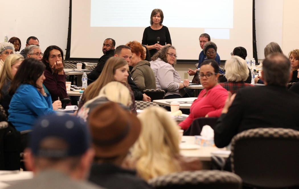 Kelly Swan de Servicios Renovados de Mejoras Terapéuticas (Renew Therapeutic Enhancement Services) hace una pregunta durante la Iniciativa de Fe del Alcalde Tiny Home Micro Summit en el Ayuntamie ...