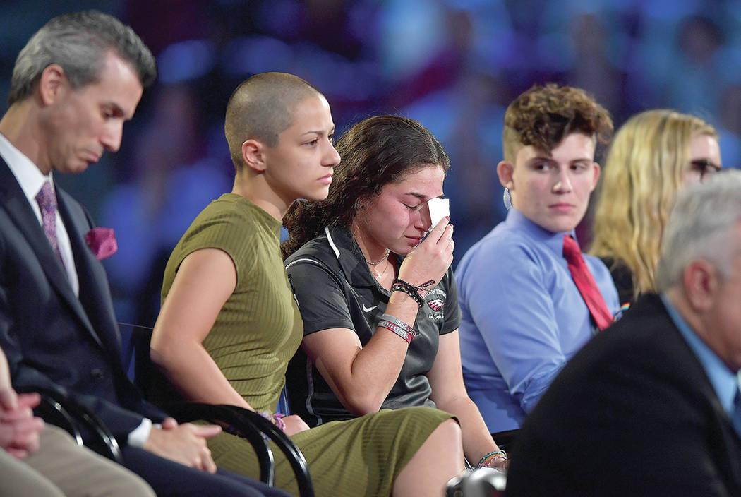 Marjory Stoneman, estudiante de Douglas High School, conforta a una compañera durante una reunión organizada por la cadena CNN, el miércoles 21 de febrero de 2018 en el BB & T Center en Sunrise ...