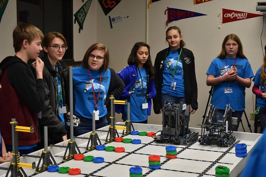 Estudiantes de la secundaria Greenspun representarán a Nevada en la Competencia Global de Robótica VEX. Viernes 23 de febrero en escuela Greenspun. Foto Anthony Avellaneda / El Tiempo.