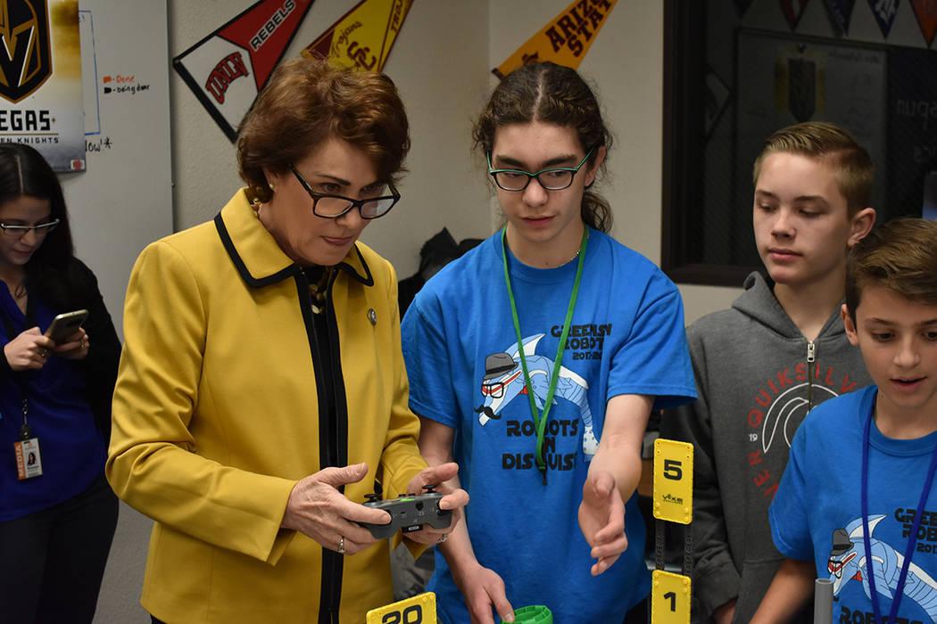 La congresista Jacky Rosen requirió la ayuda de los estudiantes para manejar uno de los robots creados en clase. Viernes 23 de febrero en escuela Greenspun. Foto Anthony Avellaneda / El Tiempo.