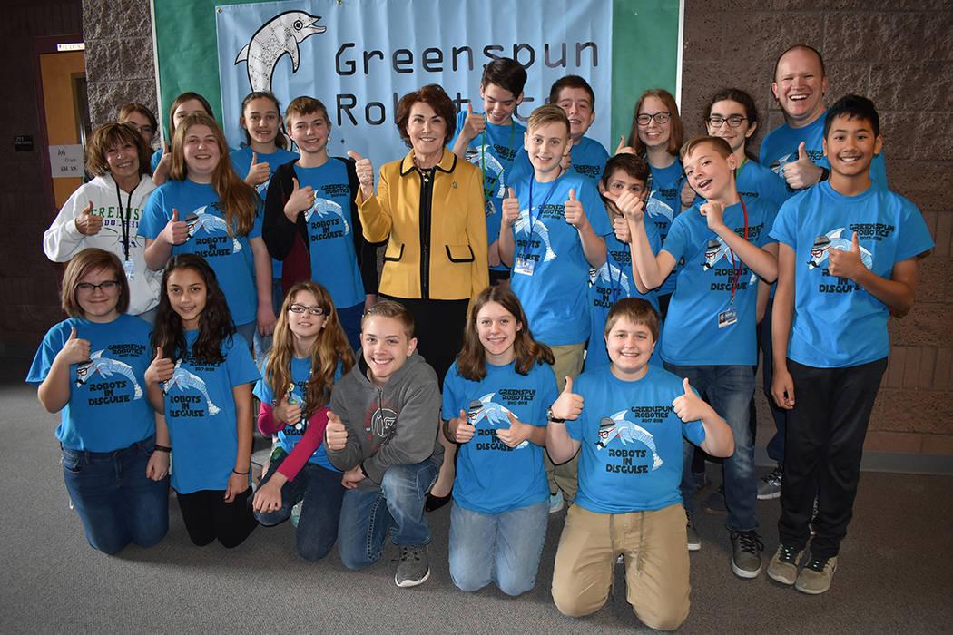 La congresista Jacky Rosen convivió con los estudiantes ganadores del Torneo de Campeonato Estatal de Robótica. Viernes 23 de febrero en escuela Greenspun. Foto Anthony Avellaneda / El Tiempo.