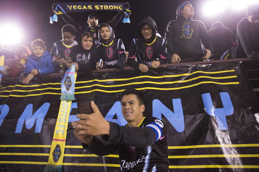 Marcelo Alatorre se dio tiempo para convivir con los aficionados. Sábado 24 de febrero de 2018 en estadio Cashman. [Foto Erick Verduzco / Las Vegas-Review-Journal]