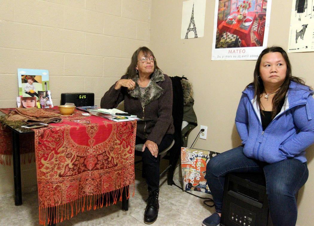 Linda Theubet, una alcohólica en recuperación que tenía ataques de depresión y ansiedad, se fue, y Treva Lee habló con un reportero el 19 de febrero de 2018, en la habitación de Theubet en l ...